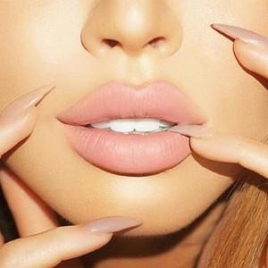 уголемяване на устните с хиалуронова киселина